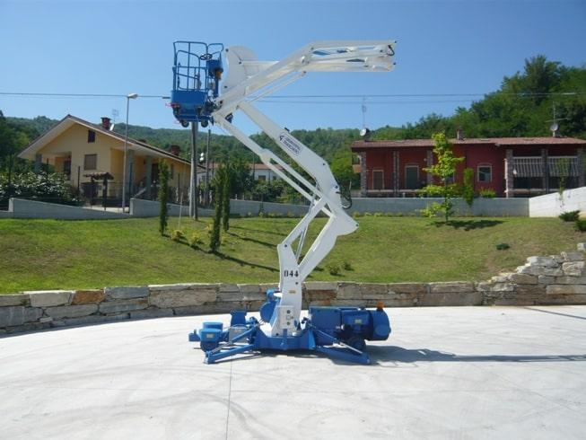 Samohybná pracovní Plošina s nosností až 300 kg a dosahem koše do 20 metrů. Patentovaný systém s velkým pracovním rozsahem