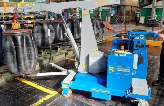 Elektrický jeřáb pro manipulaci s formami v oblasti výroby pneumatikMinidrel 125B_TRS