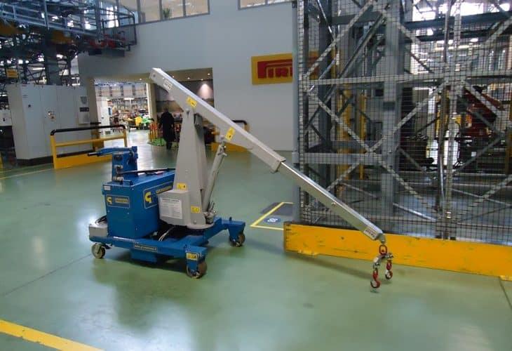 Elektrický jeřáb pro manipulaci s formami v oblasti výroby pneumatik. Až 500 kg užitečné zatížení.