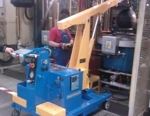 Elektrický jeřáb pro manipulaci s formami v oblasti výroby pneumatik. Až 500 kg užitečné zatížení