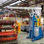 Elektrický jeřáb pro manipulaci s formami v oblasti výroby pneumatik. Až 2.000 kg užitečné zatížení