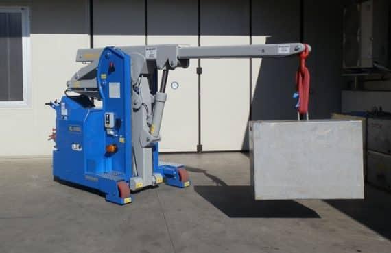 Elektrický jeřáb pro manipulaci s formami v oblasti výroby pneumatik. Až 4.000 kg užitečné zatížení.