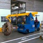 Elektrický jeřáb pro manipulaci s formami v oblasti výroby pneumatik. Až 5.000 kg užitečné zatížení.