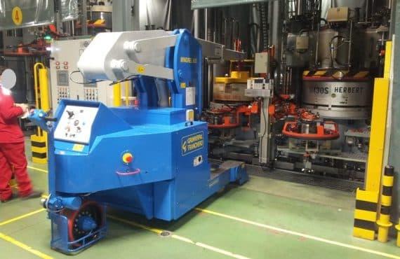 Elektrický jeřáb pro manipulaci s formami v oblasti výroby pneumatik. Až 6.000 kg užitečné zatížení