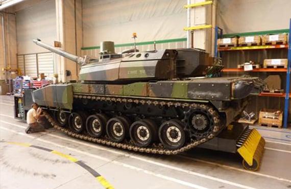 Carrinho controlado por rádio para transporte de máquinas industriais e militares.