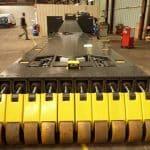 Дистанционно управляемый погрузчик со специальными колесами для уменьшения давления на грунт